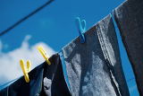 Fényképek washed blue jeans drying outside under blue sky