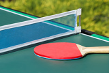 Photo small child table tennis or ping pong in garden