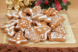 Fotografia homemade gingerbreads and decoration on wooden table