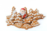 Fotografia homemade christmas gingerbreads and ceramic santa on white background