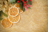 Fotografia decorated christmas background with needles and orange slices