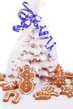 Fotografie homemade christmas gingerbreads tree with blue ribbon on white background