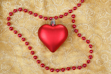 Fotografia red heart with jewelery on christmas table cloth