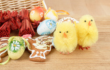 Fotografia easter decoration ginger bread chicken and painted eggs wooden background