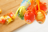 Fotografia hanged bright color easter eggs with bows
