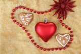 Fotografia red heart with jewelery and gingerbread on christmas table cloth