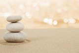 Fotografia balance zen stones in sand on white background