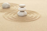 Fotografia balance of three zen stones in sand with shallow focus