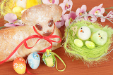 Fotografia easter lamb with painted eggs nest and easter decorations