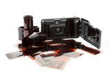 Fotografie analog photo camera and color negative films on white