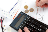 Fotografie analyzing stock graph businessman workplace with money coins pen and calculator