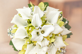 Fotografia wedding bouquet with pearls orchid and calla with shallow focus in pastel colors