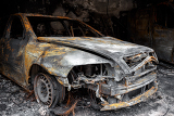 Fotografia close up photo of a burned out car in garage after fire for grunge use