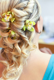 Fotografia beautiful wedding hairstyle with flowers in hair  rear view