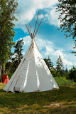 Photo a tipi also tepee and teepee is a conical tent traditionally made of animal skins and wooden poles against blue sky