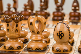 Photo closeup chess board focus to white king and queen on white background