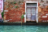Fotografie old door and brick wall in venice