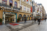 Photo prague czech republic  march 13th 2014  prague shopping center cerna ruze situated in historic center near wenceslas square with tourists