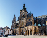 Fotografia prague  march 13 tourist at saint vitus cathedral on march 13 2014 in prague this cathedral is an excellent example of gothic architecture the biggest and most important church in the country