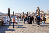 Photo prague czech republic  march 13 charles bridge on march 13 2014 in prague czech republic charles bridge is a popular tourist attraction in prague on the bridge you can find many street artists