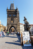 Fotografie prague czech republic  march 13 charles bridge on march 13 2014 in prague czech republic charles bridge is a popular tourist attraction in prague on the bridge you can find many street artists