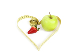 Fotografia green apple and strawberry with a measuring tape and heart symbol isolated on white background