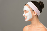 Fotografia Teenage girl cosmetics mask beauty looking away