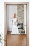 Fényképek home portrait of beautiful blonde smiling bride dressed to white clothe