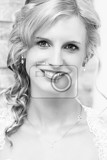 Photo home portrait of beautiful blonde smiling bride dressed to white clothe black and white tone
