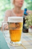 Photo glass of beer closeup with froth