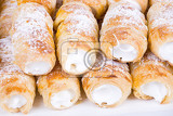 Fotografia tube of pastry filled with snow very sweet cookies traditional czech sweet