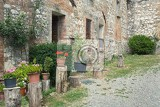 Fotografie stony antique wall with flowers in italian village tuscany chianti italy europe