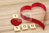Fotografia valentines paper hearts on a wooden background  valentines day  day valentine postcard with scrabble text i love you