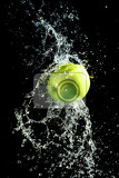 Fotografie green apple with water splash on black background