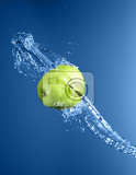 Fotografie green apple with water splash on blue water background