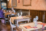 Fotografia street view of a cafe terrace with tables and chairs tuscany italy