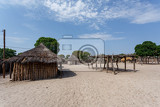 Fotografia traditional african village with housed and wooden fence in namibia near town kavango in region with the highest poverty level in namibia