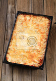 Fotografia ready lasagna in a baking pan