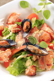 Fotografie salmon and mussel salad drizzled with hollandaise sauce