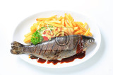 Fotografia grilled trout and french fries with barbecue sauce