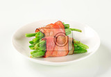 Photo string beans wrapped in slices of bacon