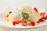 Fotografia strawberry dumplings with cottage cheese sugar and butter