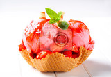 Fotografie ice cream with fresh strawberries in wafer bowl