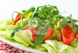 Fotografie ice lettuce leaves with tomato wedges and arugula