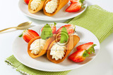 Fotografie czech creamfilled gingerbread cookies stramberk ears with fresh strawberries