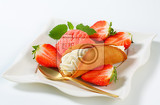 Fotografie czech creamfilled gingerbread cookie stramberk ear with fresh strawberries and ice cream
