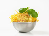 Photo dried egg noodles in metal bowl