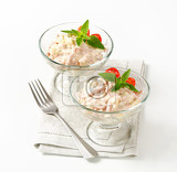 Photo ham and potato salad in glass serving bowls