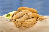 Fotografia wholegrain rolls in a basket and fresh butter