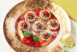 Fotografie chocolate filled tartlets topped with maraschino cherries